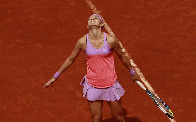Lucie Šafářová se na French Open raduje z vítězství nad Ruskou Marií Šarapovovou, obhájkyní triumfu.