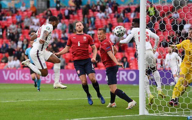 Angličan Raheem Sterling (vlevo) skóruje proti Česku.
