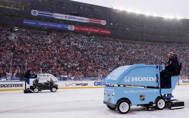 Winter Classic mezi Torontem a Detroitem znepříjemňovalo husté sněžení, rolby byly v plné permanenci.