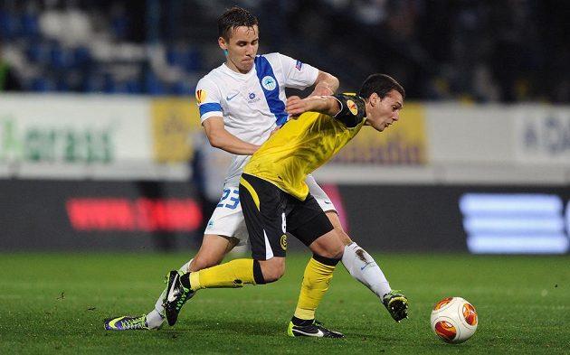 Josef Šural z Liberce (vlevo) a Sebastián Cristóforo ze Sevilly během utkání Evropské ligy.