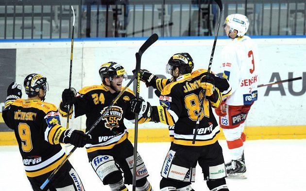 Hokejisté Litvínova slaví gól na ledě pražské Slavie v utkání 52. kola Tipsport extraligy.