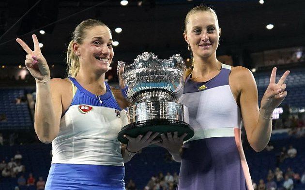 Tenistky Tímea Babosová (vlevo) a Kristina Mladenovicová se radují z titulu ve čtyřhře na Australian Open.