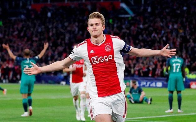 Matthijs de Ligt z Ajaxu oslavuje svoji trefu proti Tottenhamu v odvetě semifinále Ligy mistrů.