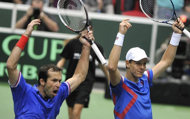 Tomáš Berdych (vpravo) a Radek Štěpánek se radují po vyhraném třetím setu.