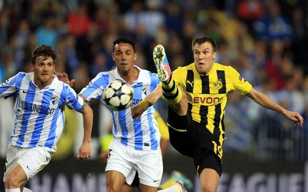 Kevin Grosskreutz (vpravo) z Dortmundu a dvojice hráčů Málagy.