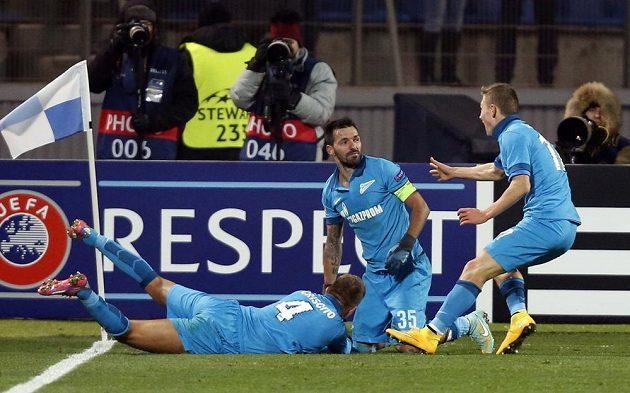 Portugalec Danny (uprostřed) ze zenitu Petrohrad se raduje z gólu v utkání proti Benfice.