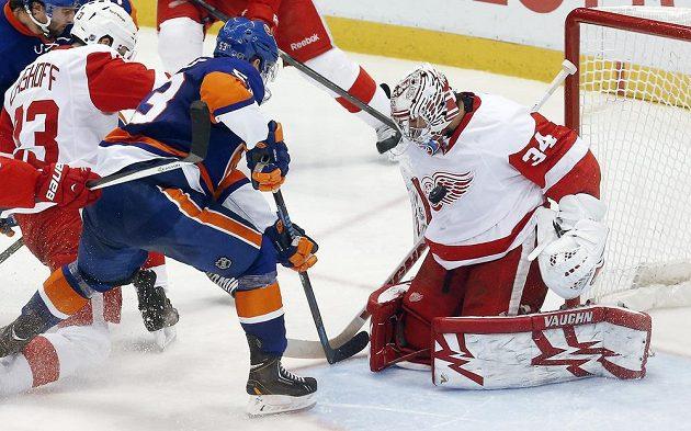 Hokejista New Yorku Islanders Casey Cizikas v této šanci brankáře Petra Mrázka z Detroitu nepřekonal.
