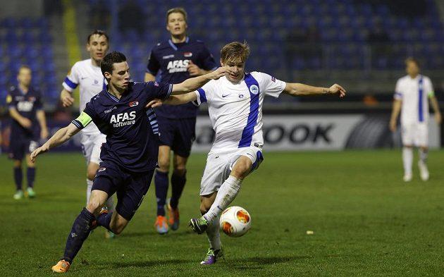 Kapitán AZ Alkmaar Nick Viergever (vlevo) a liberecký záložník Martin Frýdek v zápase Evropské ligy.