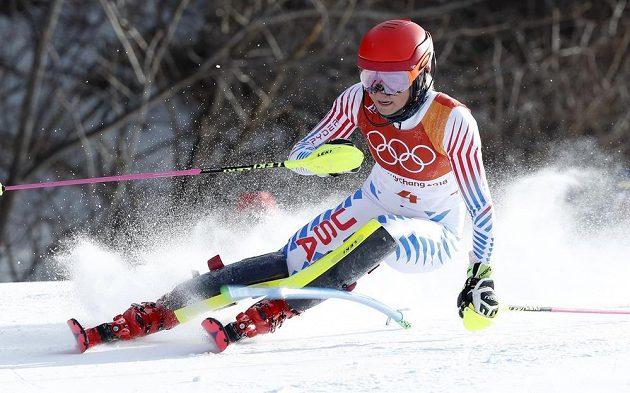 Americká favoritka Mikaela Shiffrinová na trati 1. kola slalomu.
