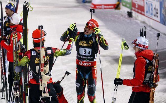 Jaroslav Soukup (zády), Ondřej Moravec a Veronika Vítková ve finiši oslavují bronzové medaile.