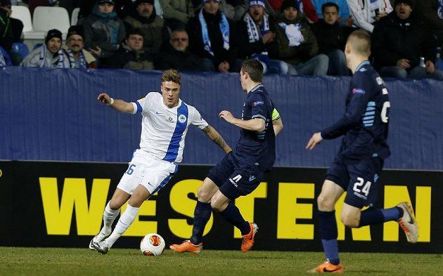 Liberecký Yevhen Budnik v souboji s Nickem Viergeverem z Alkmaaru v úvodním utkání vyřazovací fáze Evropské ligy.