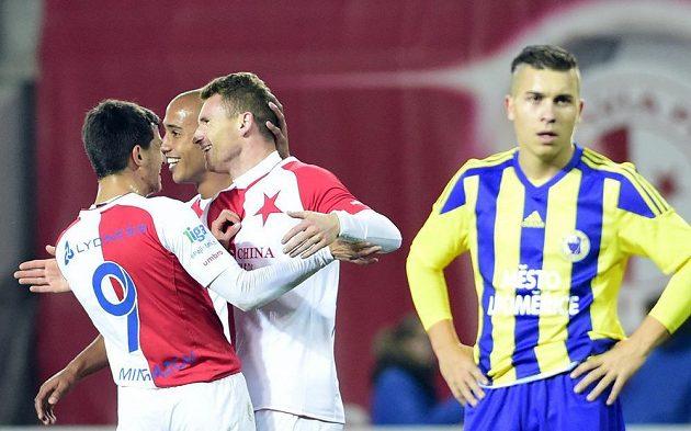 Střelec Slavie Muris Mešanovič (třetí zleva) přijímá od spoluhráčů gratulace ke gólu v pohárovém utkání proti Litoměřicku.