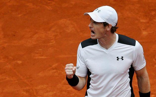 Britský tenista Andy Murray se raduje z vítězství nad španělem Rafaelem Nadalem v semifinále turnaje v Madridu.