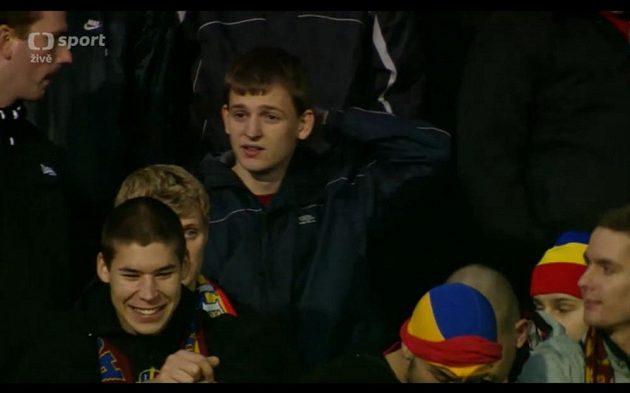 Tento mladý fanoušek vhodil v Teplicích světlici po sparťanském trenérovi Vítězslavovi Lavičkovi.