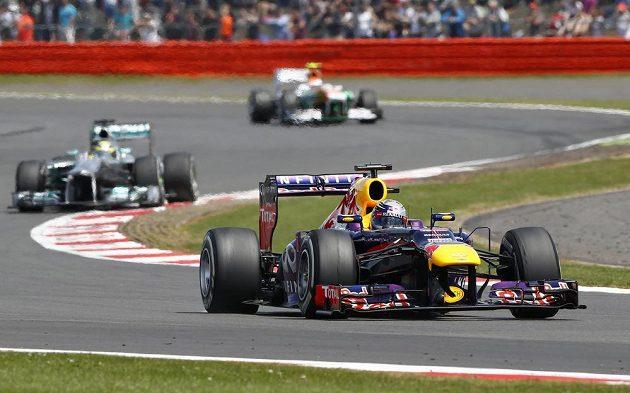 Sebastian Vettel převzal na okruhu v Silverstone po Hamiltonově defektu vedení.