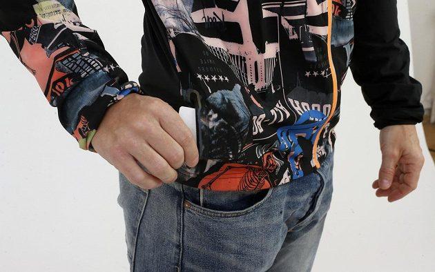 Reebok Running Wind Breaker: Na pravém boku naleznete malou kapsičku na zip.