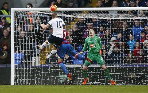 Anglický forvard Harry Kane z Tottenhamu střílí vyrovnávací branku v zápase 23. kola anglické Premier League proti Crystal Palace.