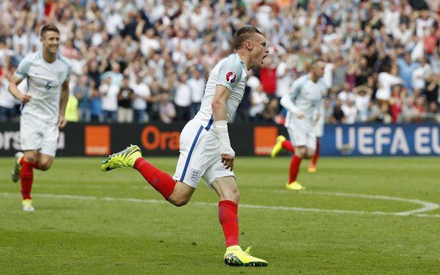 Liška z Leicesteru Jamie Vardy v euforii v dresu Anglie po vyrovnávacím gólu proti Walesu na EURO 2016.