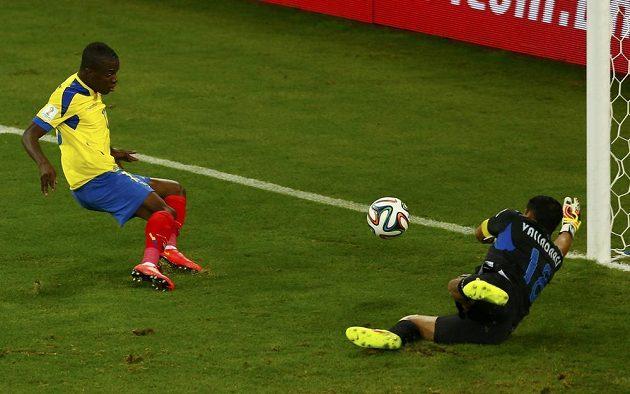 Ekvádorský útočník Enner Valencia (vlevo) střílí gól proti Hondurasu.