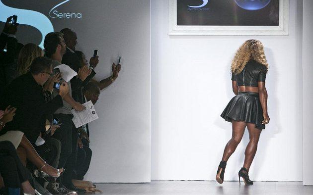 Američanka Serena Williamsová na módní přehlídce.
