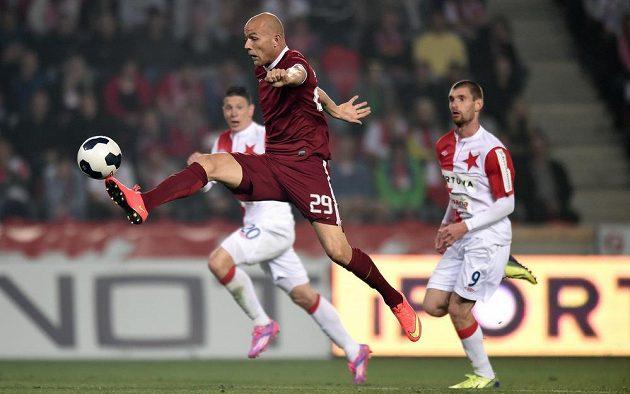Útočník Sparty Praha Roman Bednář zpracovává míč v zápase se Slavií.