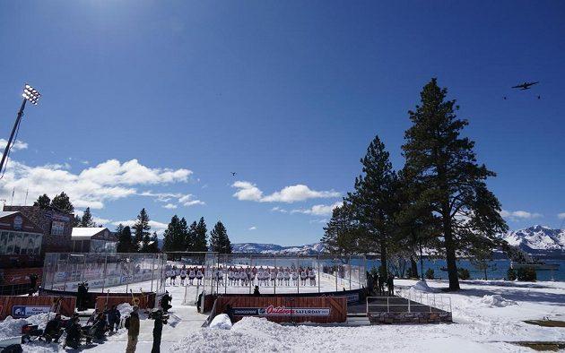 Nástup Vegas Golden Knights a Colorada Avalanche před utkáním pod širým nebem.