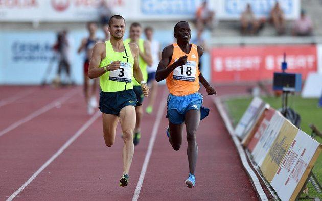 Český běžec Jakub Holuša (vlevo) a Hillary Kipkorir z Keni v hlavním závodu mítinku na 1500 metrů.