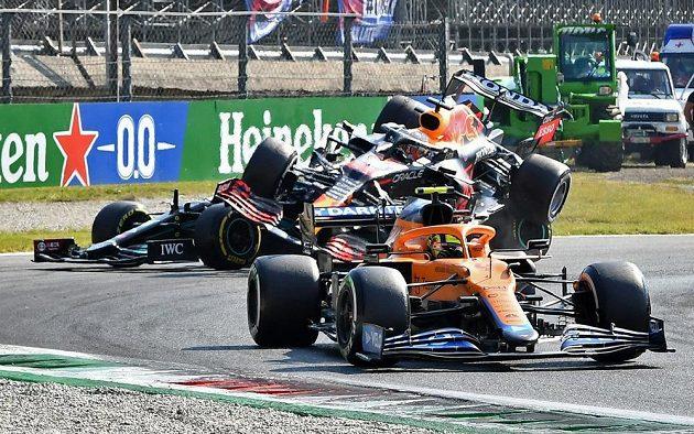 Max Verstappen svůj Red Bull doslova zaparkoval na voze Lewise Hamiltona.