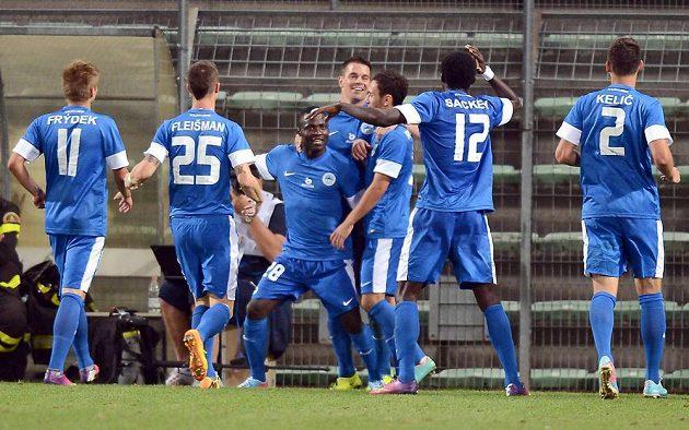 Liberečtí fotbalisté se radují z druhého gólu, který vstřelil Dzon Delarge (třetí zleva).