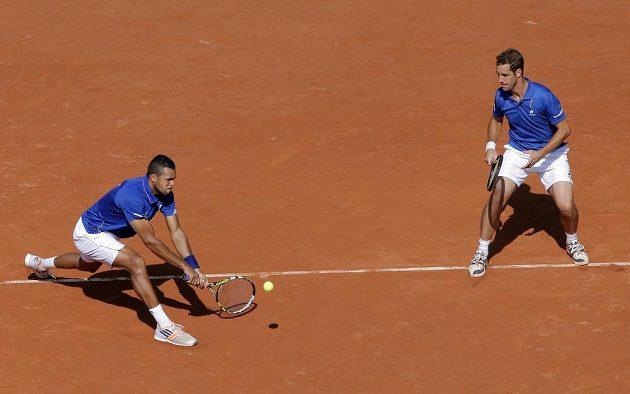 Francouzští tenisté Jo-Wilfried Tsonga (vlevo) a Richard Gasquet v semifinále Davis Cupu proti České republice.