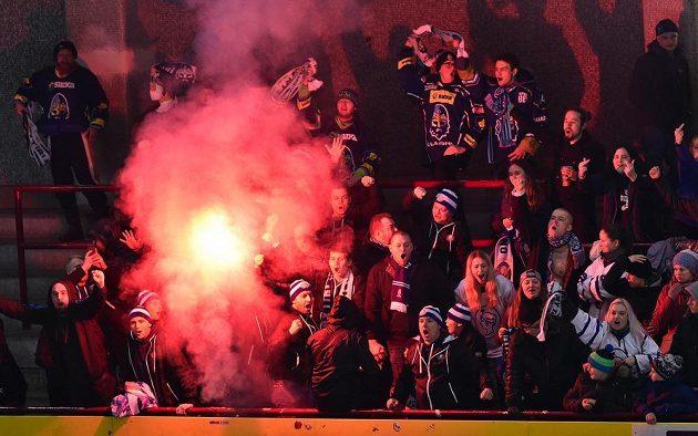 I v první hokejové Chance lize je na stadionech občas rušno. Třeba v sektoru kladenských fanoušků se rozzářila světlice.