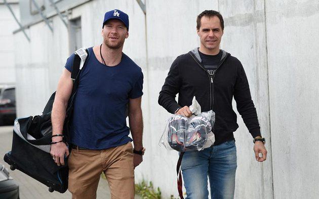 Hokejisté Jiří Novotný (vlevo) a Tomáš Rolinek přichází na sraz hokejové reprezentace před nadcházejícím MS.