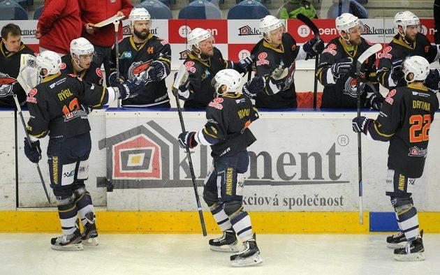 Hokejisté Chomutova se radují z druhé branky v síti Českých Budějovic, střelcem byl Marek Hovorka (uprostřed v popředí).