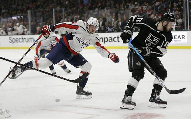 Útočník Washingtonu Capitals Jakub Vrána (vlevo) se snaží bruslit po jedné noze za soupeřem v NHL.