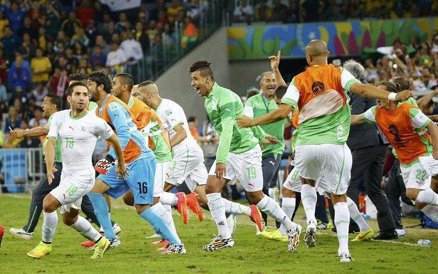 Obrovská radost alžírských hráčů z postupu do osmifinále MS.