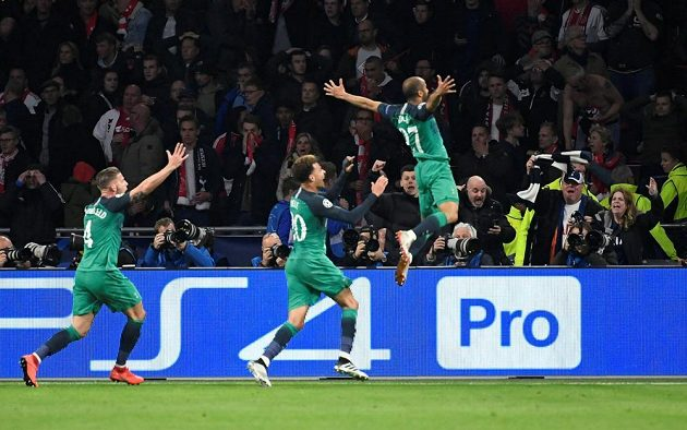 Hrdina Tottenhamu Lucas Moura oslavuje hattrick, nahánějí ho spoluhráči Dele Alli a Toby Alderweireld.