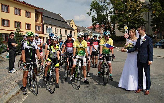 Start expedice Radka Jaroše odstartovala v Novém Městě na Moravě dvojice novomanželů.