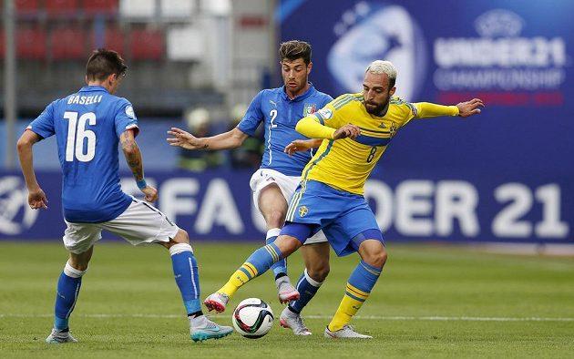 Švédský záložník Abdul Khalili (vpravo) v souboji s italským obráncem Stefanem Sabellim. Vlevo je středopolař squadry azzury Daniele Baselli.