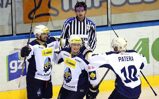 Kladno nad Boleslaví vedlo, jeho hráči slavili, zleva autor gólu Marek Černošek, Jiří Kuchler a Pavel Patera.