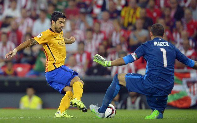 Barcelonský Luis Suárez (vlevo) v souboji s brankářem Bilbaa Gorkou Iraizozem během prvního zápasu o španělský Superpohár.