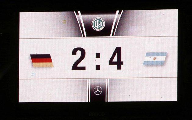 Světelná tabule v Düsseldorfu ukazovala divákům hodně nečekané skóre...