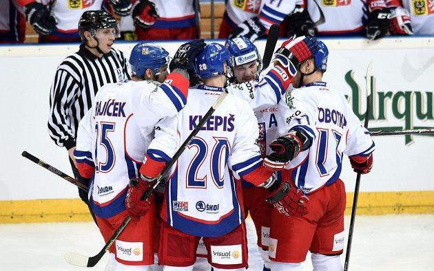Hokejisté Česka oslavují čtvrtý gól proti Švédsku.