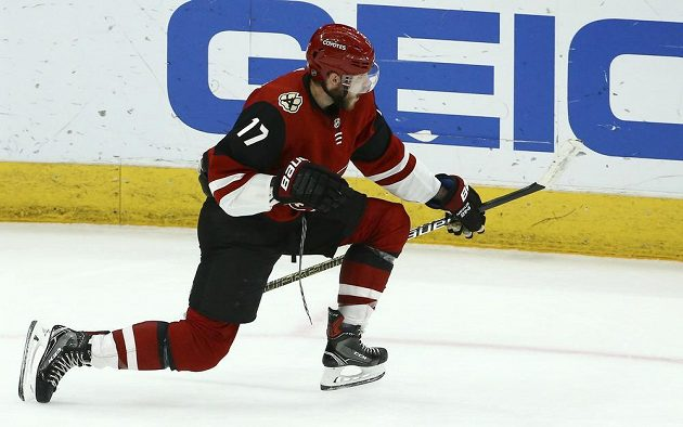 Útočník Arizony Alex Galchenyuk se raduje ze své branky do sítě Las Vegas Knights v zápase NHL.