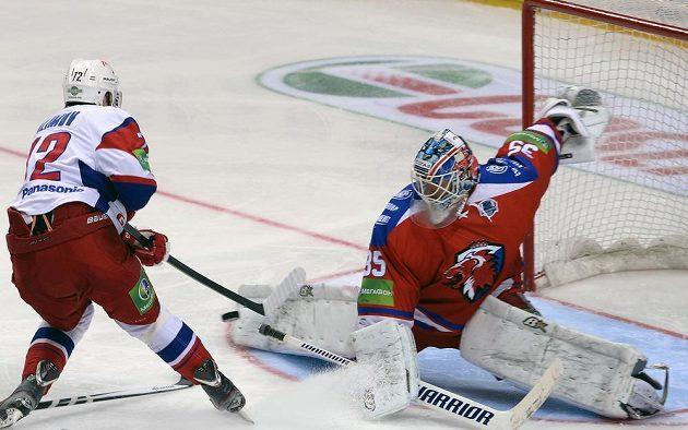 Brankář Lva Petri Vehanen (vpravo) a Emil Galimov z Lokomotivu Jaroslavl ve druhém semifinálovém duelu play off KHL.
