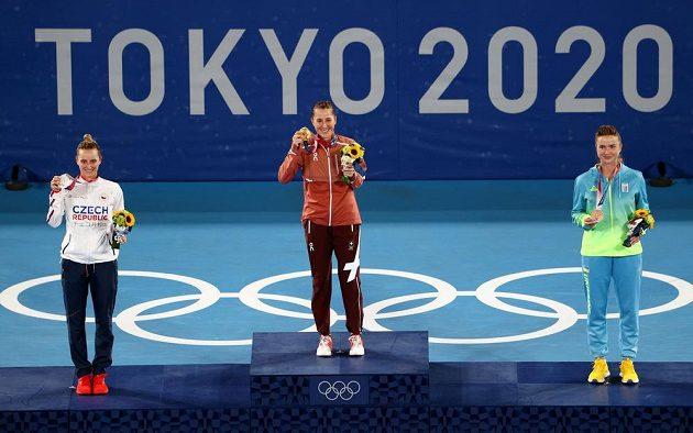 Tři nejlepší tenistky olympijského turnaje (zleva Vondroušová, Bencicová, Svitolinová)