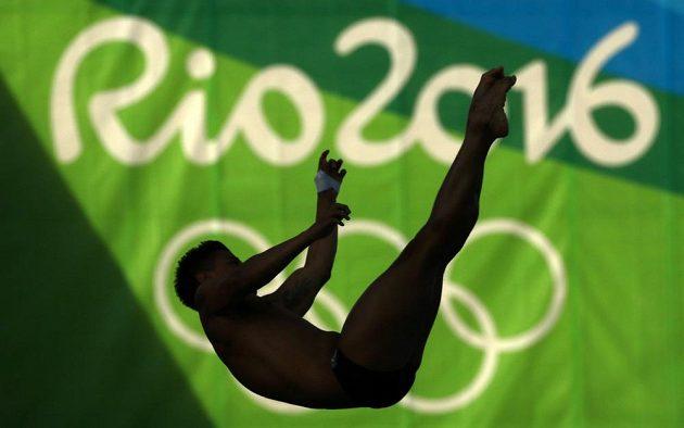 Silueta nad bazénem. Kolumbijec Sebastian Villa při skocích do vody.