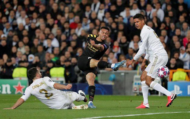 Gabriel Jesus z Manchesteru City pálí, zadáci Realu Madrid Dani Carvajal a Raphaël Varane ho tentokrát neubránili.