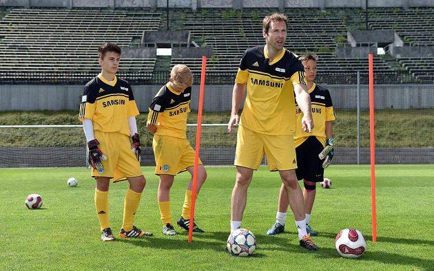 Brankář Petr Čech během tréninku své letní fotbalové školy.