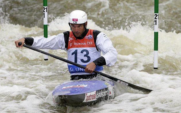 Stanislav Ježek na cestě k triumfu při SP ve vodním slalomu v Praze.