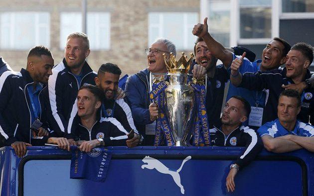 Danny Drinkwater (první vpravo vedle trofeje) během triumfální jízdy Leicesterem.